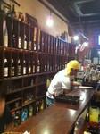 新橋・立ち飲み 竜馬 店内は立ち呑みのカウンターのみ。