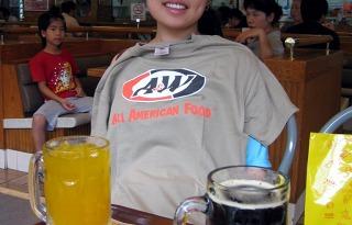 A&Wのロゴ入りTシャツ