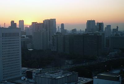 師走 東京・丸の内から眺めた夕景(中央から小さく頭を出しているのは富士山です)
