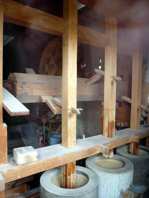 つくば・蕎舎(そばや) 蕎麦挽き中