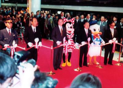 なんとミッキーとドナルドが東京駅でテープカットしたのだ![1990(平成2)年3月10日:東京駅にて]