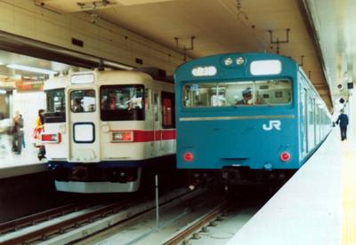 京葉線 165系「シャトル舞浜」(左)と103系電車[1990(平成2)年3月10日:東京駅にて]