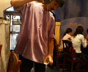 八重洲 南インド料理 ダバ・インディア チャイを入れる店員サン