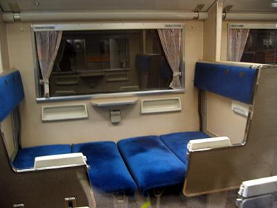 583系のボックスシートを寝台にした状態