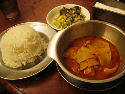 「あろいなたべた」のゲーンソム(魚と塩漬けタケノコの辛いカレー)