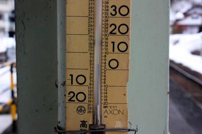 JR高山本線 猪谷駅 気温計は3度を示す