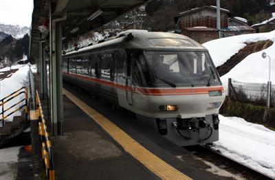 高山本線 猪谷駅に入ってきた名古屋発のディーゼル特急 ワイドビューひだ3号 富山行き