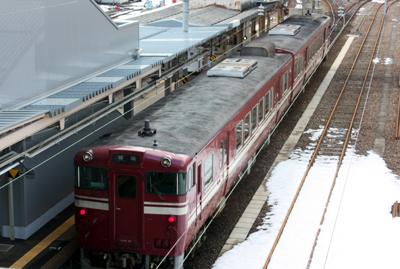 高岡駅で出発を待つ城端線の気動車