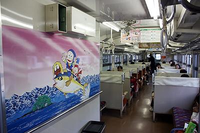 JR氷見線の忍者ハットリくん列車 室内にもハットリくんのペイント そして藤子不二雄A先生のサインが!