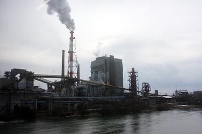 氷見線沿線に広がる中越パルプ工業の製紙工場