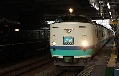 高岡駅に入線する特急 北越6号 485系電車