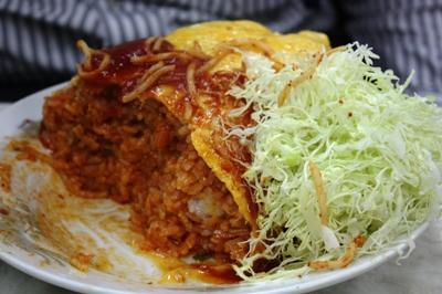 野田・やよい食堂 オムライス(大) 半分食べたところ キャベツの千切り登場!(笑