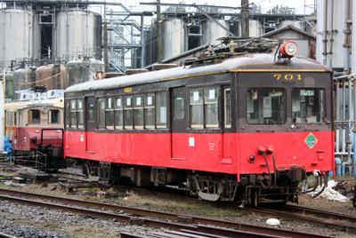 銚子電鉄 デハ701型と小型電気機関車「デキ1」型(奥)