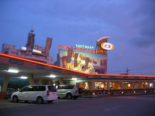 A&W牧港店 夜の風景