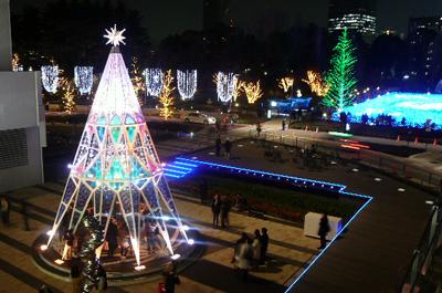 クリスマスのライトアップで賑わう東京ミッドタウン