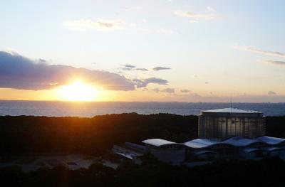 2009年最後の夕日(千葉県千葉市・稲毛海浜公園より東京湾に沈む夕日)