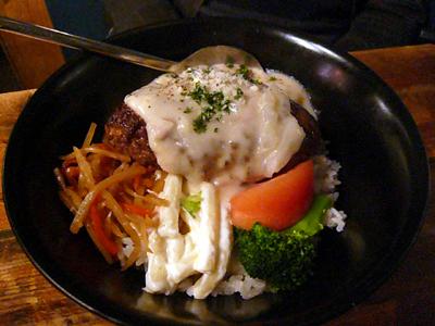 【ランチ】水道橋・仕事馬(しごとうま)/馬肉のレアハンバーグ丼(週替わりソース:ホワイトソース) 850円