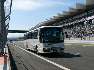 富士スピードウェイを爆走する富士急バス いすゞガーラ